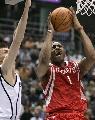图文:[NBA]火箭vs爵士 麦迪杀入篮下