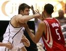 图文:[NBA]火箭vs爵士 奥科与霍华德险冲突