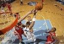 图文:[NBA]火箭vs爵士 布泽尔惊险上篮