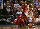 图文:[NBA]火箭vs爵士 麦迪飞身救球
