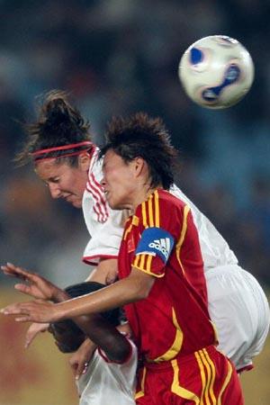 图文:[女足]中国3-1加拿大 李洁头球出众