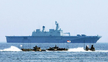 5月3日,韩国海军在庆尚北道浦项前海实施了登陆演习,亚洲最大登陆舰在演习中亮相