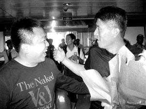 李章洙(右)刚到青岛就有球迷来给他献花