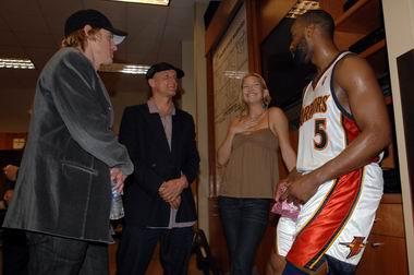 图文:[NBA]小牛不敌勇士  戴维斯闲聊