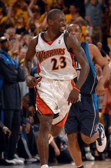 图文:[NBA]小牛不敌勇士  理查德森兴奋