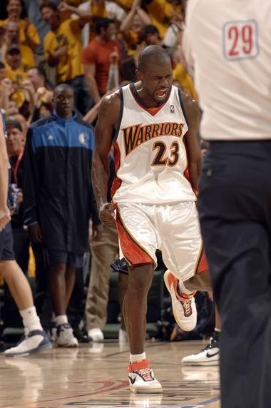 图文:[NBA]小牛不敌勇士  理查德森怒吼