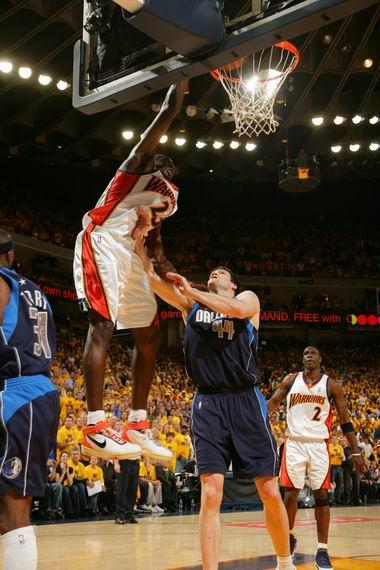 图文:[NBA]小牛不敌勇士  理查德森爆扣