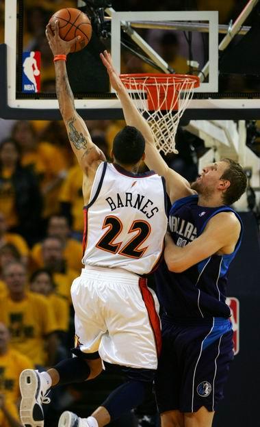 图文:[NBA]小牛不敌勇士  轻松上篮