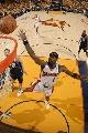 图文:[NBA]小牛不敌勇士  飞向篮筐