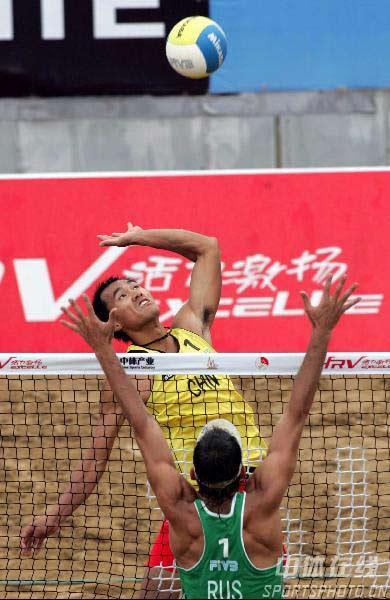 图文:世界沙滩排球巡回赛上海站 网前大力扣杀