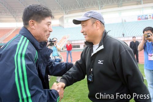 图文:[中超]北京备战联赛 李章洙同殷铁生握手