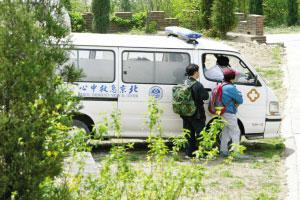获救的老人们被安排坐急救车下山。本报记者 周民 摄