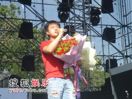 歌迷为佟大为献上美丽的捧花