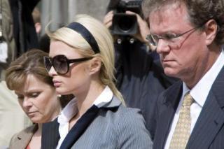 5月4日,希尔顿在父母陪同下步出法庭,满脸愁容