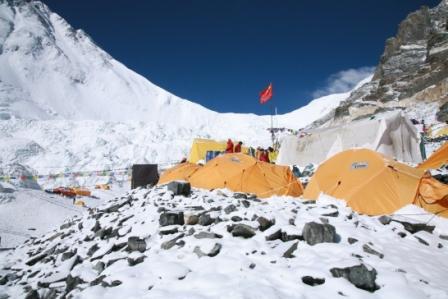 营地被大雪覆盖