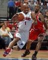 图文:[NBA]活塞VS公牛 比卢普斯强突内线