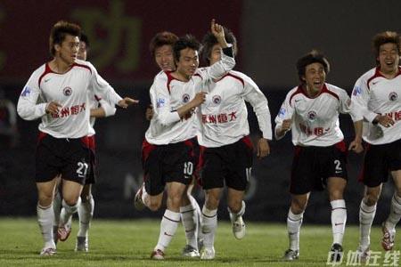图文:[中超]辽宁1-0上海 王新欣上演世界波