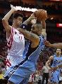 图文:[NBA]火箭vs爵士 姚明阻击布泽尔