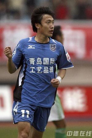 图文:[中超]青岛3-1北京 曲波回天乏术