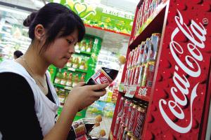 昨天下午,世纪联华一顾客在选购温州产的可口可乐。 记者夏子昂摄