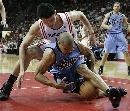 图文:[NBA]火箭vs爵士 姚明倒地拼抢