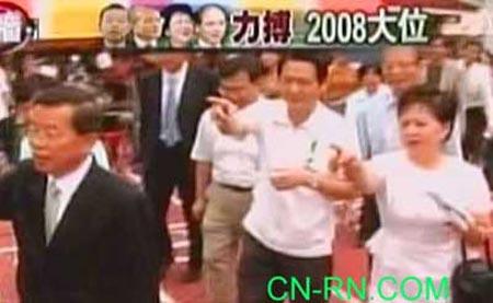 谢长廷(前左一)在投票所外向支持者打招呼。(中评网)