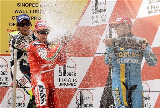 前三名车手庆祝胜利