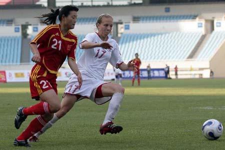 图文:[女足]中国2-1再胜加拿大 娄晓旭边路突破