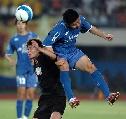 图文:[中超]厦门蓝狮VS深圳 双方球员争顶