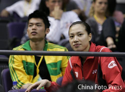 """""""羽坛情侣""""双双成了看客,图为林丹谢杏芳在新加坡羽毛球赛比赛间隙"""