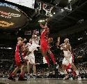 图文:[NBA]骑士胜网 詹姆斯精妙分球