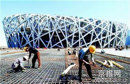 5月1日,工人们在国家体育场工地施工 新华社记者罗晓光摄