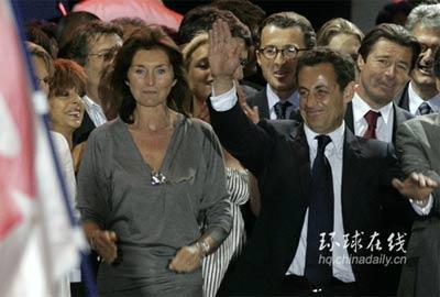 萨科齐(右)携妻子塞西莉亚(左)和巴黎协和广场的支持者在一起(英国媒体)