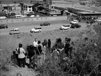 抢险工作紧张进行,被困矿工亲友在煤矿外焦急等待。