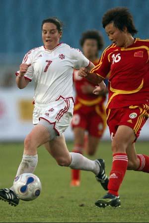 图文:[女足]中国2-1再胜加拿大 刘亚莉带球突破