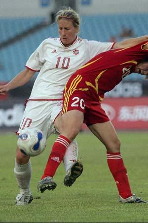 图文:[女足]中国2-1再胜加拿大 背后出脚