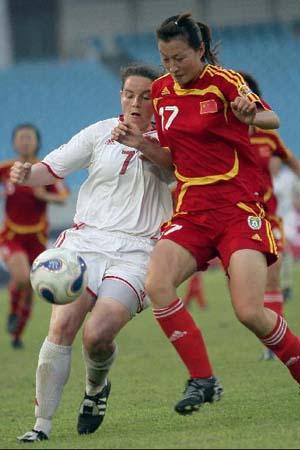 图文:[女足]中国2-1再胜加拿大 身体对抗激烈