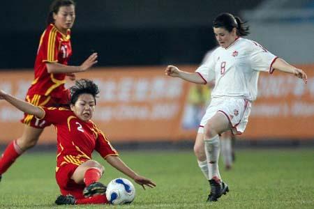 图文:[女足]中国2-1再胜加拿大 飞身铲断