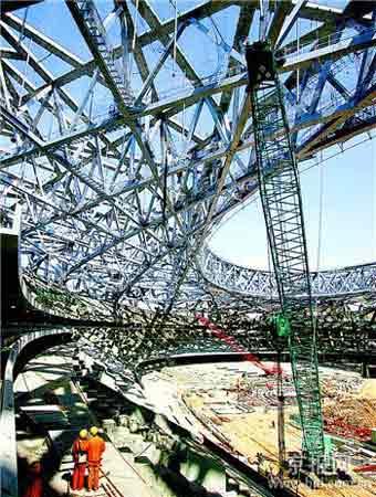 国家体育场是世界上跨度最大、施工难度也最大的钢结构建筑,仅焊缝长度加起来,约三十万延米。如果使用传统钢材,将会消耗最大厚度达二百二十毫米的钢材八万吨。科技人员开拓自主创新之路,经过反复八次轧制,不但成功研制出符合需要的钢板,还使国家体育场所用钢材消耗量及钢材厚度减少了百分之五十。