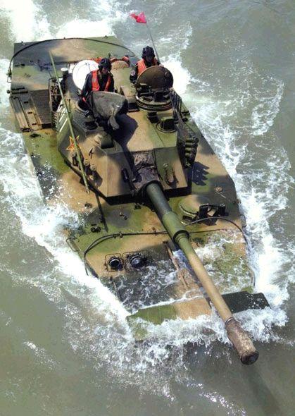 图片说明:解放军新型63a水陆坦克潜渡