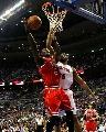 图文:[NBA]活塞再战公牛 双华莱士内线对决