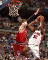图文:[NBA]活塞再战公牛 汉密尔顿突破上篮