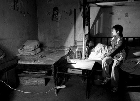 彭正华因受不了邻居不断指责其儿子彭路(右)偷窃,不惜喝下农药。图/实习生杨夏
