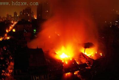 大火距离五一路仅百余米,所幸无人伤亡 本报记者  包华 摄
