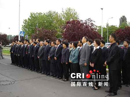 中国驻塞尔维亚使馆7日在位于塞首都贝尔格莱德的原中国大使馆废墟前悼念在北约轰炸中牺牲的烈士
