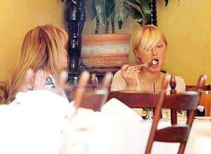 帕丽斯(右)和母亲共进午餐