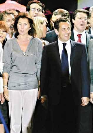 萨科齐与妻子一起出现在支持者面前。