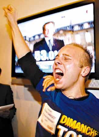 萨科齐支持者振臂高呼。