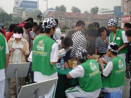 图文:伊利奥运健康中国行 志愿者服务周到