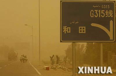 5月8日,新疆和田地区遭遇沙尘暴,能见度为50米左右,沙漠腹地注册华宇风力最大可达八级,且会持续到9日。 新华社记者 沈桥摄